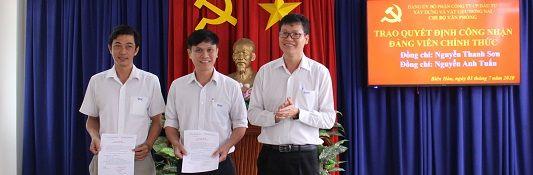 Trao quyết định công nhận Đảng viên chính thức cho đồng chí Nguyễn Thanh Sơn và Nguyễn Anh Tuấn